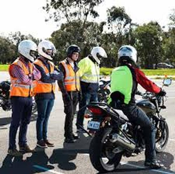 FALSE ALARM! There is no mandatory hi viz proposed for fully licenced Victorian riders. You can take that as gospel and ride on, or read on for the fuller details.